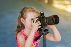 Φωτογράφος κοριτσιών μικρών παιδιών στοκ εικόνα