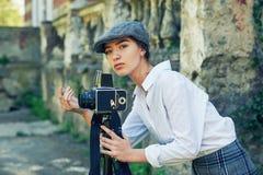 Φωτογράφος κοριτσιών σε μια οδό πόλεων Στοκ φωτογραφία με δικαίωμα ελεύθερης χρήσης