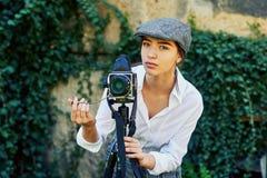 Φωτογράφος κοριτσιών σε μια οδό πόλεων Στοκ εικόνα με δικαίωμα ελεύθερης χρήσης