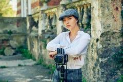 Φωτογράφος κοριτσιών σε μια οδό πόλεων Στοκ Φωτογραφία