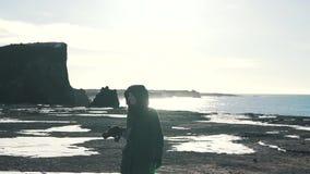 Φωτογράφος κοριτσιών στην ωκεάνια ακτή στην Ισλανδία απόθεμα βίντεο