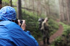 Φωτογράφος με τη κάμερα στο τρίποδο που πυροβολεί ένα τοπίο στο δάσος Στοκ φωτογραφία με δικαίωμα ελεύθερης χρήσης