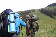 Φωτογράφος με τη κάμερα στο τρίποδο που πυροβολεί ένα τοπίο στο δάσος Στοκ φωτογραφίες με δικαίωμα ελεύθερης χρήσης
