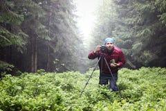 Φωτογράφος με τη κάμερα στο τρίποδο που πυροβολεί ένα τοπίο στα fores Στοκ φωτογραφίες με δικαίωμα ελεύθερης χρήσης