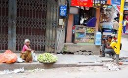 Φωτογράφος οδών που παίρνει τις εικόνες μιας φτωχής ηλικιωμένης γυναίκας Στοκ Φωτογραφίες