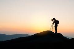 Φωτογράφος πάνω από το βουνό στο υπόβαθρο ηλιοβασιλέματος Στοκ φωτογραφία με δικαίωμα ελεύθερης χρήσης