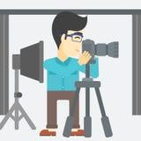 Φωτογράφος που εργάζεται με τη κάμερα στο τρίποδο ελεύθερη απεικόνιση δικαιώματος