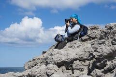 Φωτογράφος που εργάζεται στην ακτή cantabria Ισπανία Στοκ εικόνες με δικαίωμα ελεύθερης χρήσης