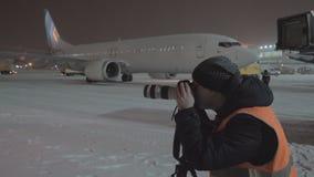 Φωτογράφος που εργάζεται στον αερολιμένα τη νύχτα απόθεμα βίντεο