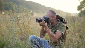 Φωτογράφος που εργάζεται υπαίθρια απόθεμα βίντεο