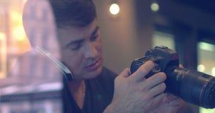 Φωτογράφος που μιλά στο τηλέφωνο απόθεμα βίντεο