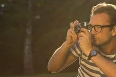 Φωτογράφος που παίρνει έναν πυροβολισμό υπαίθριο Στοκ Εικόνες