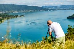 Φωτογράφος που παίρνει μια εικόνα στη λίμνη του Annecy, Γαλλία Στοκ Φωτογραφίες