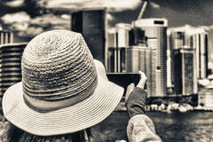 Φωτογράφος που παίρνει την εικόνα του ορίζοντα πόλεων Στοκ Εικόνες