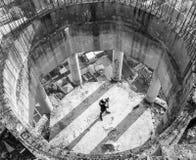 Φωτογράφος που παίρνει τη φωτογραφία στην εγκαταλειμμένη στέγη οικοδόμησης, Μπανγκόκ Στοκ Φωτογραφίες
