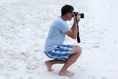 Φωτογράφος που παίρνει τις εικόνες στην παραλία στοκ φωτογραφίες