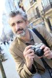 Φωτογράφος που παίρνει τις φωτογραφίες στην οδό πόλεων Στοκ εικόνα με δικαίωμα ελεύθερης χρήσης