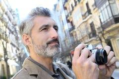 Φωτογράφος που παίρνει τις φωτογραφίες στην οδό πόλεων Στοκ Εικόνα