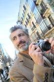 Φωτογράφος που παίρνει τις φωτογραφίες στις οδούς Στοκ Φωτογραφίες