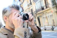 Φωτογράφος που παίρνει τις φωτογραφίες της αρχιτεκτονικής Στοκ φωτογραφία με δικαίωμα ελεύθερης χρήσης