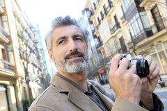 Φωτογράφος που παίρνει τις φωτογραφίες των κτηρίων Στοκ φωτογραφία με δικαίωμα ελεύθερης χρήσης