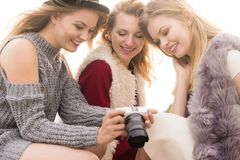 Φωτογράφος που παρουσιάζει φωτογραφίες προτύπων μόδας στοκ εικόνα
