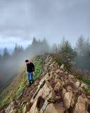 Φωτογράφος στην κορυφή βουνών στοκ φωτογραφία με δικαίωμα ελεύθερης χρήσης