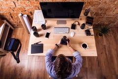 Φωτογράφος στο γραφείο, τις συσκευές γραφείων και το φακό αντικειμένου Στοκ Εικόνα