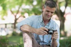 Φωτογράφος στο πάρκο στοκ φωτογραφία με δικαίωμα ελεύθερης χρήσης