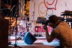 Φωτογράφος στο φεστιβάλ μουσικής και ποίησης Στοκ εικόνες με δικαίωμα ελεύθερης χρήσης