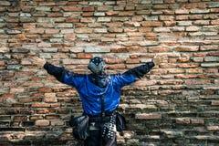Φωτογράφος τουριστών από την παλαιά σύσταση τοίχων τούβλων Στοκ Εικόνα