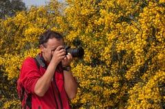 Φωτογράφος φύσης στην εργασία λουλούδια Στοκ φωτογραφία με δικαίωμα ελεύθερης χρήσης