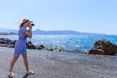 Φωτογράφος φύσης φωτογράφων γυναικών που πυροβολεί τη θάλασσα μικρό ταξίδι χαρτών του Δουβλίνου έννοιας πόλεων αυτοκινήτων στοκ εικόνα