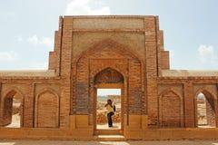 Φωτογράφος - χαρασμένος Beautifuly τοίχος με την ισλαμική τέχνη Στοκ Εικόνες