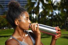 Φωτογραφία λάμψης κουλουριών τρίχας αφροαμερικάνων πόσιμου νερού γυναικών υπαίθρια Στοκ φωτογραφίες με δικαίωμα ελεύθερης χρήσης