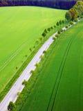 Φωτογραφία άνοιξη χρώματος των τομέων και του δρόμου από την εναέρια άποψη Στοκ Εικόνα