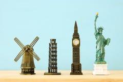 φωτογραφία έννοιας μερικά από το παγκοσμίως διάσημο ορόσημο για το ταξίδι, μικρά αγάλματα πέρα από τον ξύλινο πίνακα στοκ φωτογραφίες με δικαίωμα ελεύθερης χρήσης