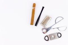 Φωτογραφία αντικειμένου ενός πούρου, ένας αναπτήρας, ένας κάτοχος τσιγάρων και Στοκ φωτογραφία με δικαίωμα ελεύθερης χρήσης