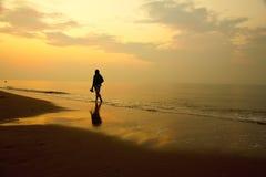 Φωτογραφία αποθεμάτων: Γυναίκα που περπατά μόνο στην παραλία Στοκ φωτογραφία με δικαίωμα ελεύθερης χρήσης