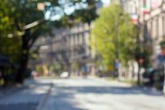 Φωτογραφία από την ηλιόλουστη οδό εστίασης στην Ευρώπη Ο δρόμος μέσω της πόλης με πολλά σπίτια και δέντρα Στοκ φωτογραφίες με δικαίωμα ελεύθερης χρήσης