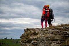 Φωτογραφία από το πίσω μέρος του αγκαλιάσματος του τουρίστα ανδρών και γυναικών στο βουνό στοκ φωτογραφία με δικαίωμα ελεύθερης χρήσης