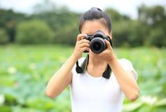 Φωτογραφία γυναικών grapher που παίρνει τη φωτογραφία στοκ φωτογραφίες με δικαίωμα ελεύθερης χρήσης