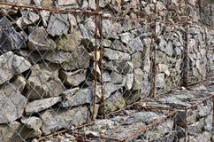 Φωτογραφία διάφορων gabions Τα κύτταρα πλέγματος της κυβικής μορφής γεμίζουν με τις πέτρες βουνών των διάφορων μορφών που αφήνουν Στοκ φωτογραφία με δικαίωμα ελεύθερης χρήσης