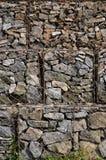 Φωτογραφία διάφορων gabions Τα κύτταρα πλέγματος της κυβικής μορφής γεμίζουν με τις πέτρες βουνών των διάφορων μορφών που αφήνουν Στοκ εικόνες με δικαίωμα ελεύθερης χρήσης