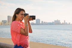 Φωτογραφία εικόνων τουριστών καμερών φωτογράφων γυναικών Στοκ εικόνα με δικαίωμα ελεύθερης χρήσης