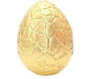 Φωτογραφία ενός αυγού Πάσχας που τυλίγεται στο χρυσό φύλλο αλουμινίου Στοκ Εικόνες