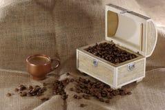 Φωτογραφία ενός διακοσμητικού κιβωτίου με τα φασόλια καφέ sackcloth στοκ εικόνα