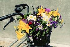 Φωτογραφία ενός ποδηλάτου με ένα σύνολο καλαθιών των λουλουδιών τομέων Στοκ Φωτογραφία