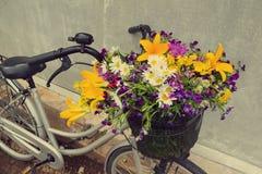 Φωτογραφία ενός ποδηλάτου με ένα σύνολο καλαθιών των λουλουδιών τομέων Στοκ Εικόνα