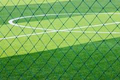 Φωτογραφία ενός πράσινου συνθετικού αθλητικού τομέα χλόης με την άσπρη γραμμή SH Στοκ Φωτογραφίες